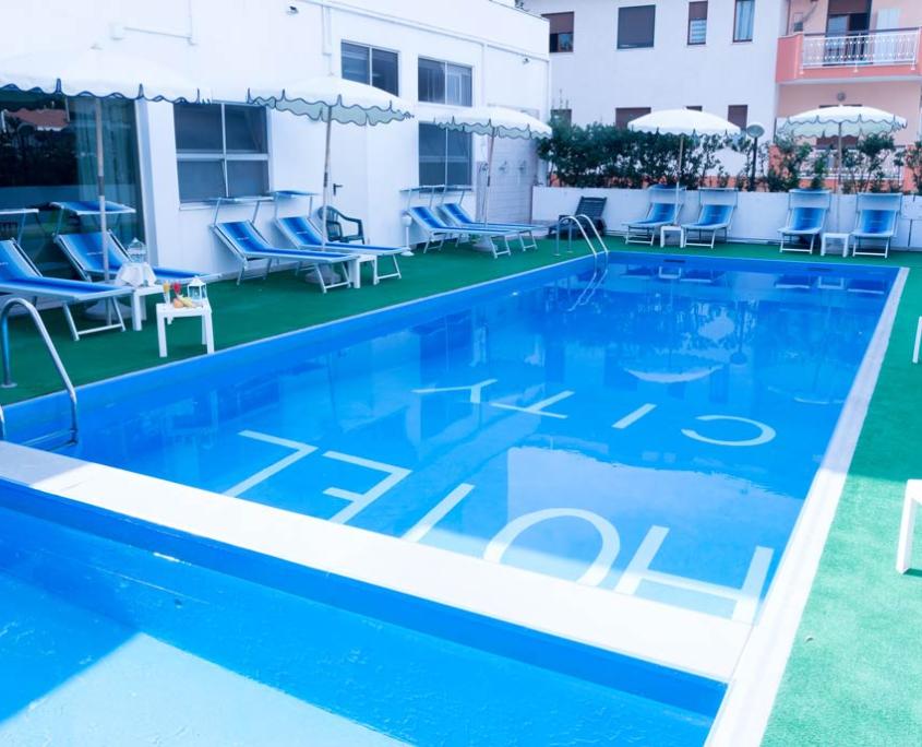 Piscina soleggiata Hotel City 4 stelle